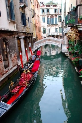 canals of venice, gondola ride in venice italy, europe, walking around venice italy, cheap things to do in venice, budget travel venice, fun travel, adventure travel, peanuts or pretzels travel blog