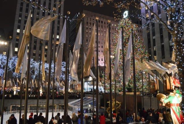 rockefeller center new york, christmas in rockefeller center, christmas tree in new york, holiday decorations in new york, christmas in new york, ice skating in new york, ice skating in rockefeller center